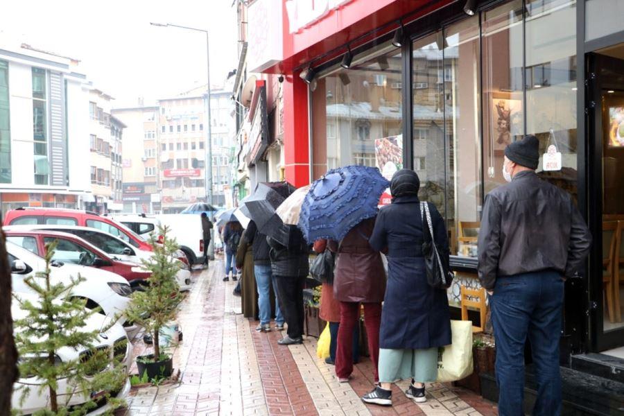 Yağmur altında ucuz et kuyruğu