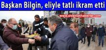 Başkan Bilgin sahada çalışan ekiplere eliyle tatlı ikram etti