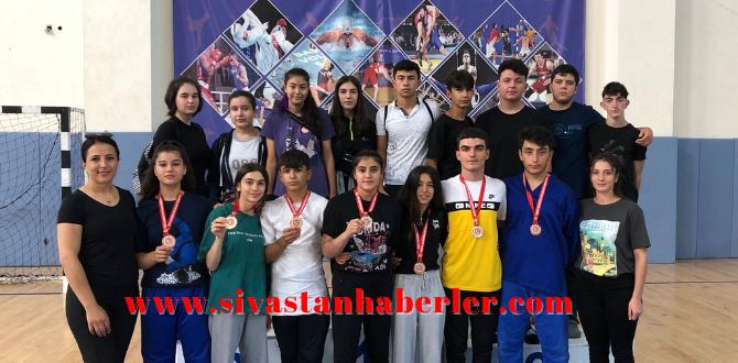 Kuşak Güreşinde Madalyalar Sivas'a